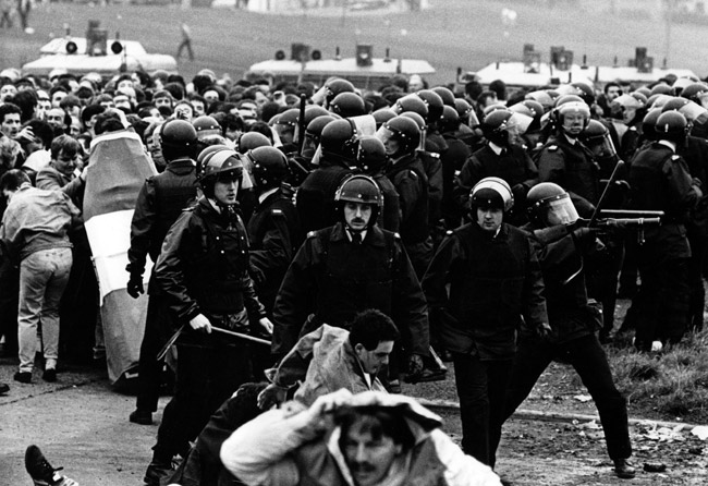 1987: The RUC attack the funerals of the two IRA Volunteers