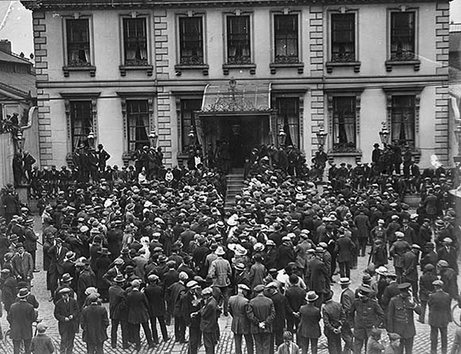 Crowds gather at the Mansion House for the Truce talks 8 July 1921 - 2