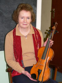 Pádraigín Uí Mhurchadha with the violin belonging to Seán Sabhat