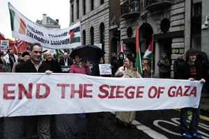 Sinn Féin TD Aengus Ó Snodaigh and Mary Lou McDonald MEP (with umbrella) at the head of last Saturday's march in Dublin in solidarity with the Palestinian people