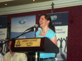 Anita Nic Amhlaoidh ó Chraobh Ghlór na Ríogh ag labhairt ag Ard Fheis Chonradh na Gaeilge