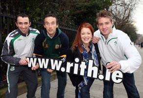 llie Cahill (Shamrock Rovers), Anthony Moyles (An Mhí), agus Luke Fitzgerald ó fhoireann Rugbaí na hÉireann, le Bláthnaid Ní Chofaigh ag seoladh Rith 2010